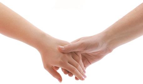 to hænder der holder fast i hinanden