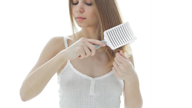 chute-de-cheuveux-brosser-cheveux-aggrave-probleme